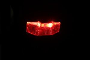 Axa Blueline rear - leuchtend schräg